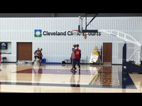 Kyle Korver gives Richard Jefferson a few shooting tips