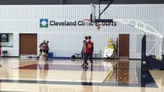 Kyle Korver gives Richard Jefferson a few shooting tips