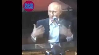 Путин играет на пианино.