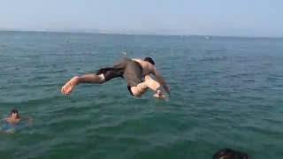 Denize balıklama atlayan gençler