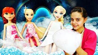 Игры в куклы - Маникюр и массаж для Принцесс Диснея! - Куклы Холодное Сердце и Рапунцель в СПА.