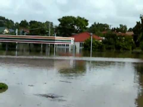 Brisbane Floods Fairfield Gardens 12 11 2011 Youtube
