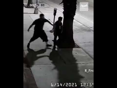 أميركي يعتدي على مواطنة أميركية آسيوية  بلكمها في الوجه في نواحي -لوس أنجلوس-  - نشر قبل 4 ساعة