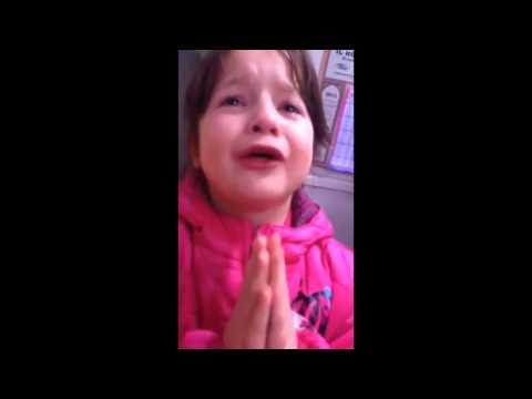 Clara, une petite voleuse se fait griller par l'épicier, pleure et passe un sale quart d'heure [HD]