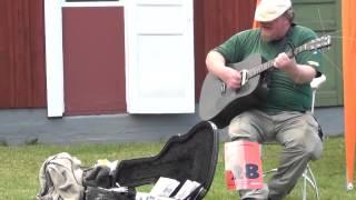 мужик с крутым хриплым голосом очень круто поет с гитарой