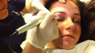 Permanent make-up tatovering av bryn