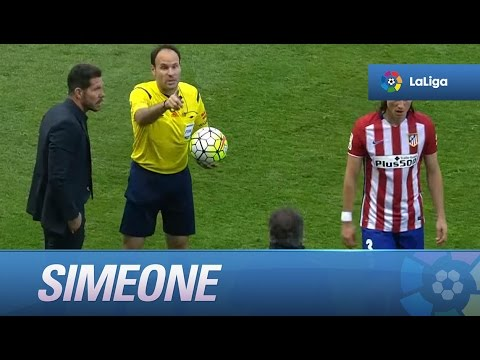 Expulsión de Simeone, desde la zona del banquillo del Atlético tiran un balón al campo