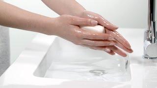 稍微將雅漾活泉滋潤柔膚皂沾濕後,均勻塗抹於濕潤的臉部、身體肌膚上,...