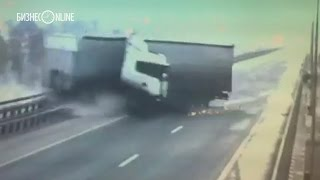 В Татарстане фура упала с моста в Вятку(ДТП произошло 8 октября в Мамадышском районе на 973-м км трассы М7 на мосту через Вятку. Сообщение об аварии..., 2015-10-09T06:25:28.000Z)