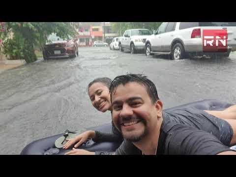 Aprovechan lluvia en Nuevo León para pasear en colchón inflable