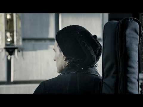 Ricardo Arjona - Mi Novia Se Me Está Poniendo Vieja (Video Oficial)