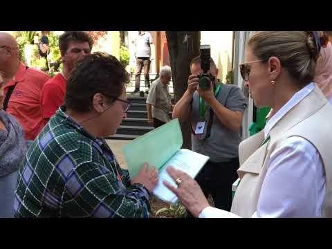 Sebija Izetbegović u razgovoru s gradjanima Sarajeva