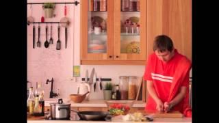 Греческий салат и гренки с тунцом и оливками