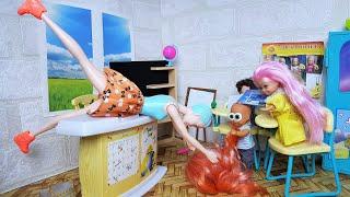У ВАС ТУТ ВОЛОСЫ УПАЛИ! НОВАЯ УЧИТЕЛЬНИЦА В ШОКЕ Катя и Макс веселая школа #Мультики #куклы #Барби