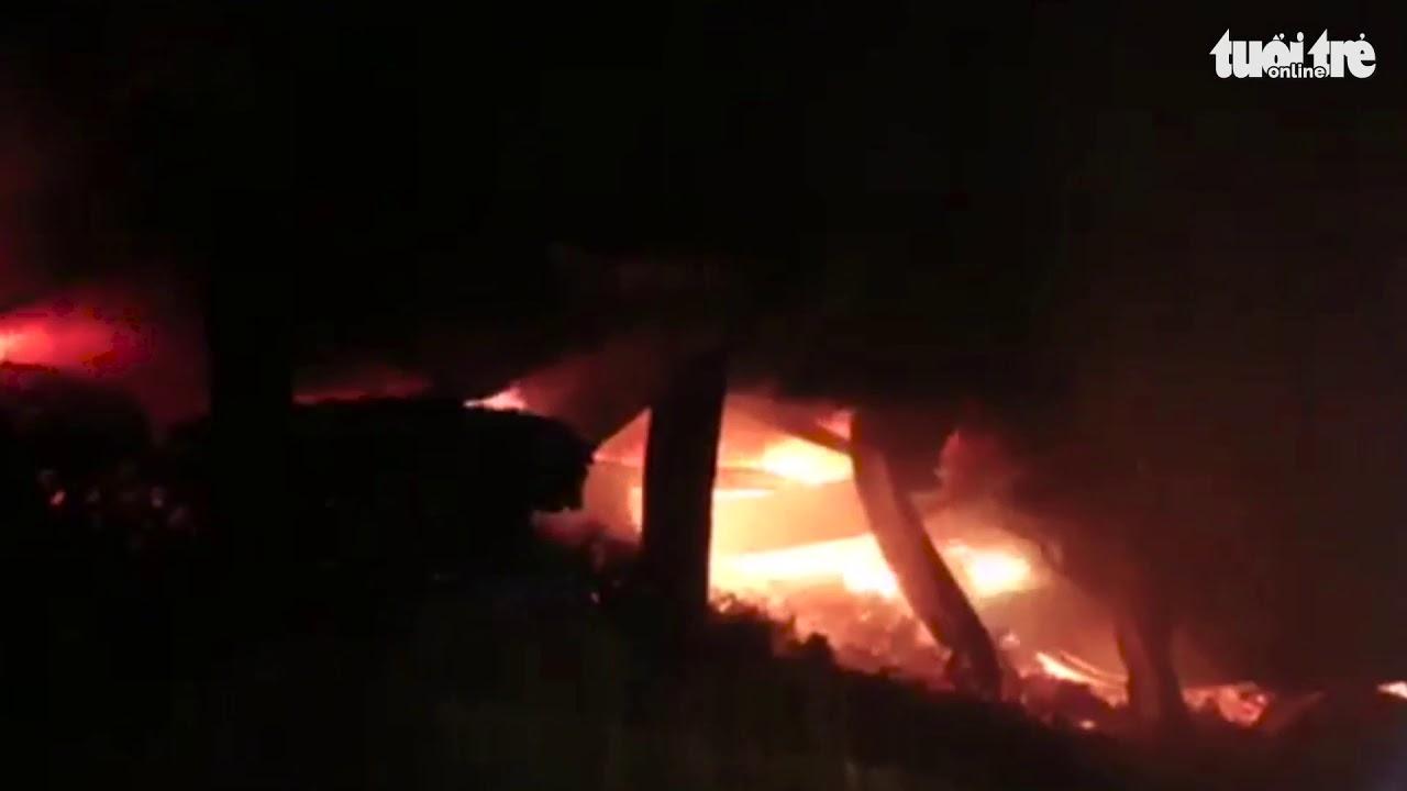Cháy lớn ở Công ty Rạng Đông, người dân lo lắng sơ tán tài sản quanh khu vực nhà máy!