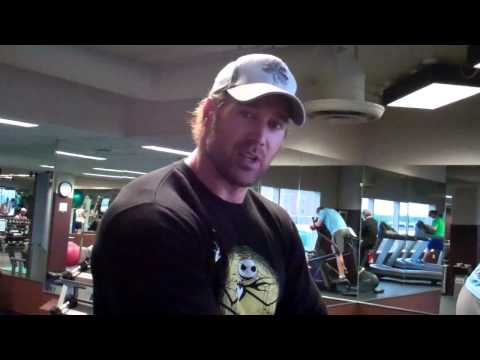 Mike O'Hearn posing in front of Rich Piana - bodybuilding
