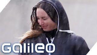 Im Regen trocken bleiben: Rennen oder langsam gehen? | Galileo | ProSieben