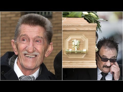 Paul carries coffin as hundreds mourn Barry Chuckle | ITV News