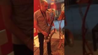 מרק רוזן מדגים צוואר של טקהירו. TAKAHIRO Tenor Saxophone Neck.