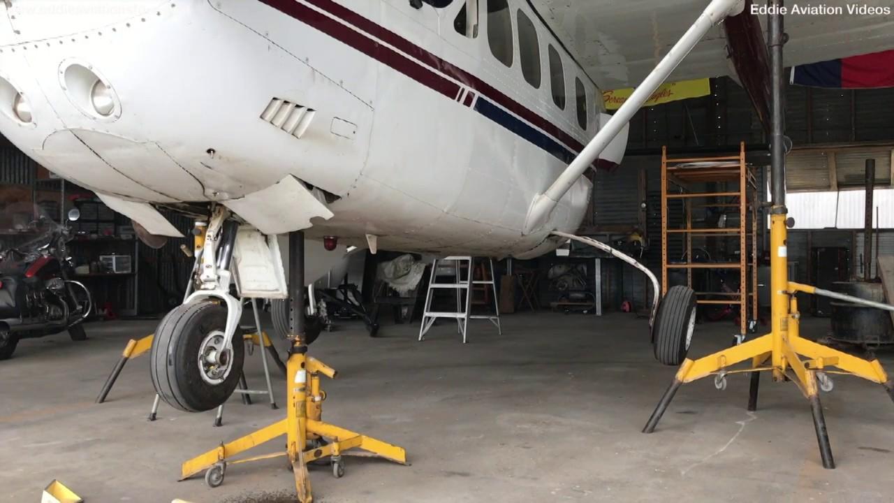Inspeccionando el tren de aterrizaje en el C337 SKYMASTER