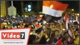 بالفيديو..المحتفلون بقناة السويس فى التحرير يحرقون دمية ترمز لجماعة الإخوان