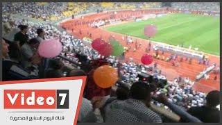 مشجع اهلاوي يوزع بلالين بمدرجات برج العرب فرحا بفوز صن داونز