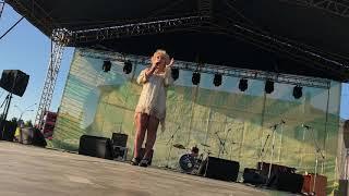 Елена Воробей рассказывает шутку про накаченные губы
