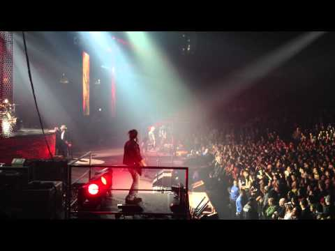 "Axl Rose kicks out a ""Fan"" + Civil War Featuring Duff Mckagan HD – Vancouver 2011"