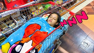 एक सुपरमार्केट शॉपिंग ट्रॉली में सो जाओ