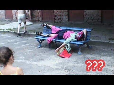 Баба Яга спала на лавочке