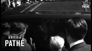 Liberace Leaving Law Courts (1959)