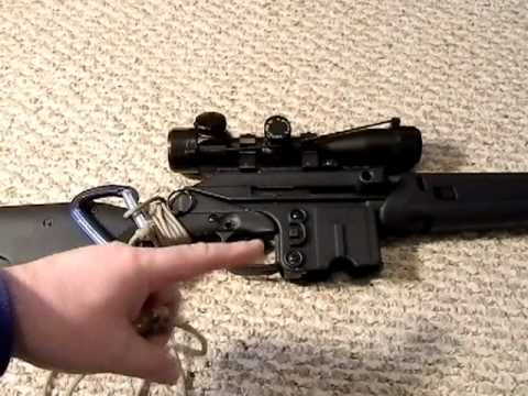 Improvised tactical rifle sling out of paracord and carabiner shtf