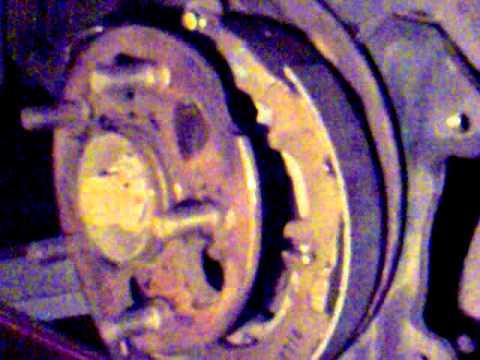 установка подкладки и сборка колодк ручника  на Toyota RAV4-