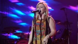 Kelly Clarkson - Walking On Broken Glass (Annie Lennox Cover) Live in Glasgow