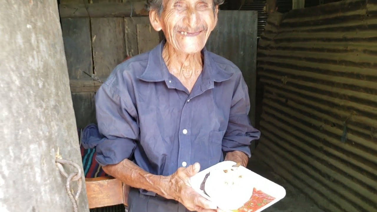 Mi papá le da un almuerzo a don tomas
