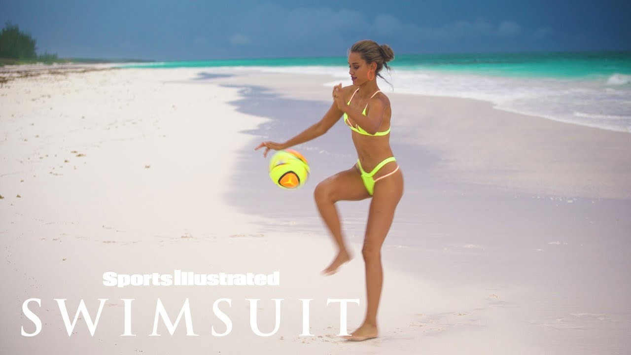 Model Chase Carter spielt sexy Fussball für Sports Illustrated Swimsuit
