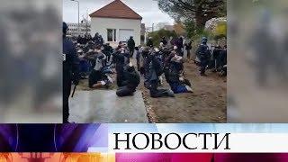 Поводом для новых беспорядков во Франции стали кадры, где полицейские поставили молодежь на колени.