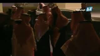 شاهد.. ولي العهد يخلع بشته احتراما لأمير الرياض فور رؤيته متجردا من بشته