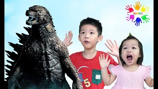 Xavi and Anna see the Dinosaur at home - Pretend Play