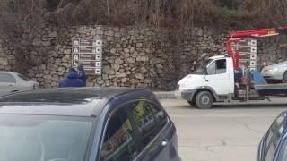 Сегодня в Ялте начали эвакуировать неправильно припаркованные автомобили