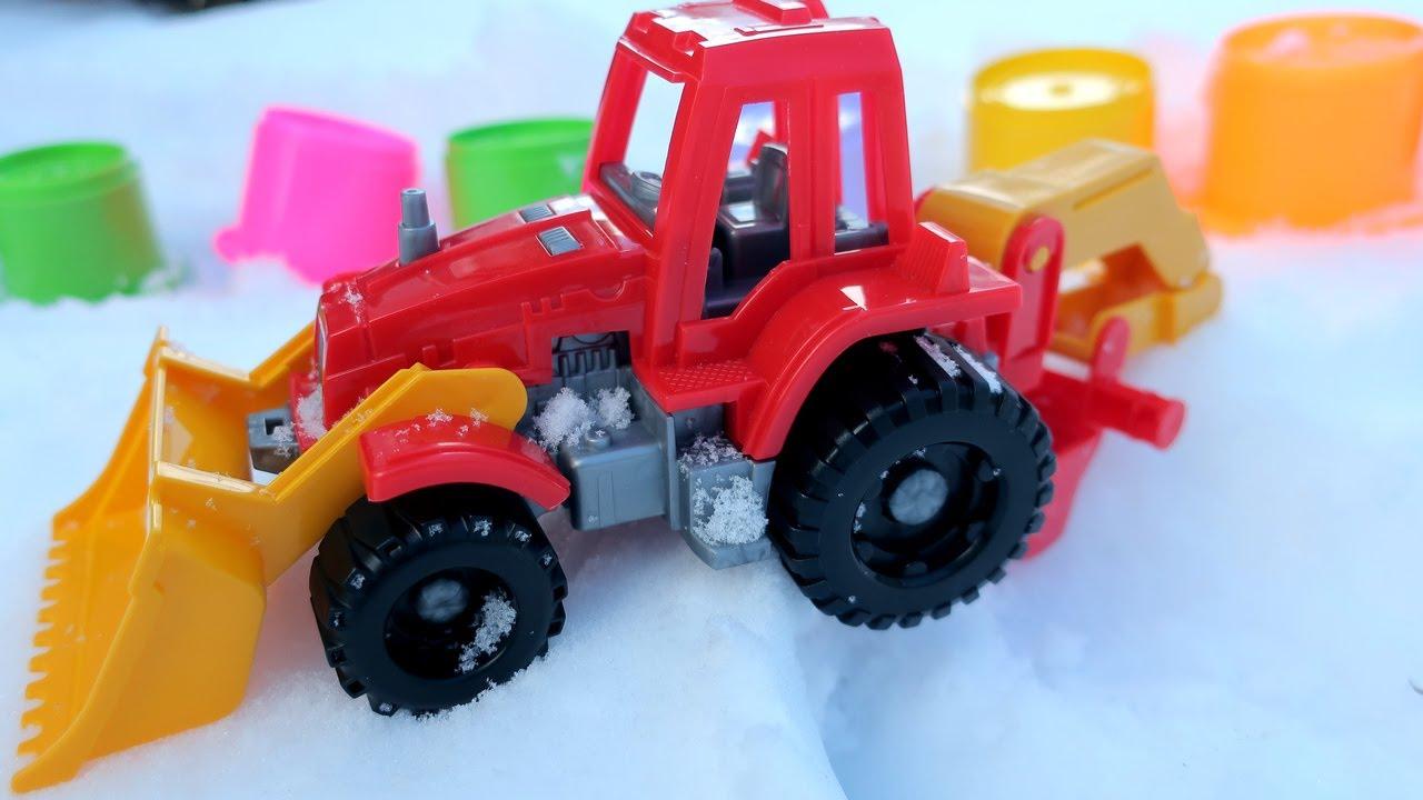 Видео с игрушками для детей. Трактор и разноцветные пирамидки