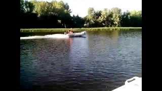 лодочный мотор Yamaha 9 без одной свечи против  двух(сдохла одна свеча, но рыбалка началась. две одинаковые лодки баджер, два одинаковых лодочного мотора, ямаха..., 2014-07-20T17:57:07.000Z)