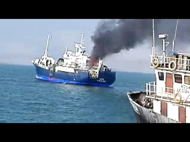 Embarcación pesquera de AUSTRAL se incendia frente a la costa