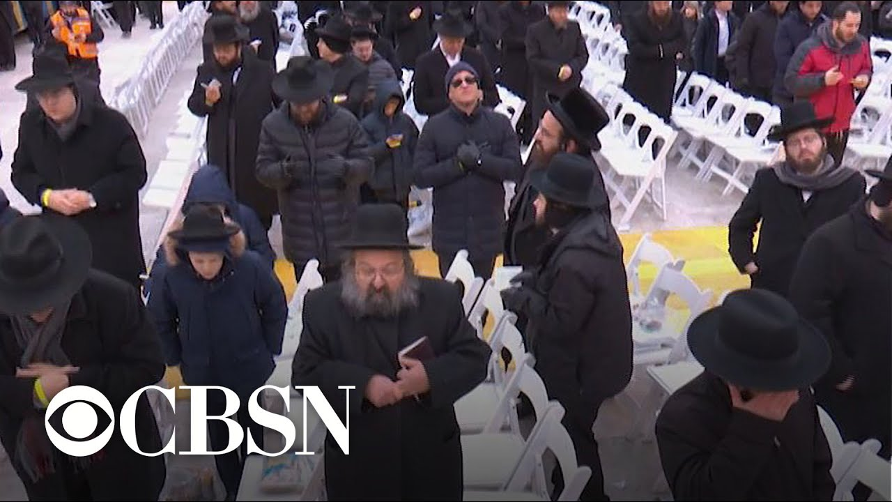 Tens of thousands of Jewish people celebrate religious event after violent attacks