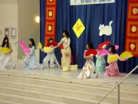 Non Nuoc Huu Tinh - Vietnamese Fan Dance (Mua Quat) Tet New Years 2011