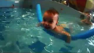 Мальчик в 1,5 года плавает под водой. Обучение плаванию. Как научить детей плавать.