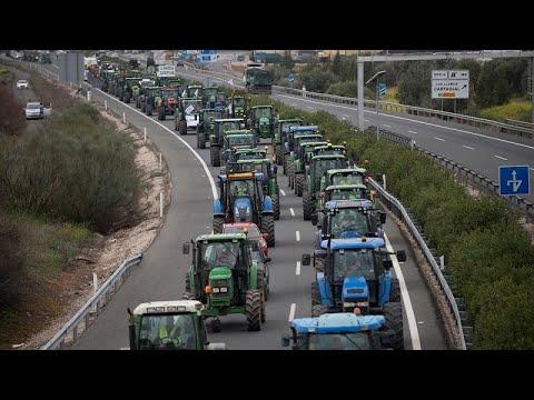 شاهد: مزارعون إسبان يغلقون طريقا سريعة احتجاجا على تدني الإجور …  - 10:59-2020 / 2 / 14