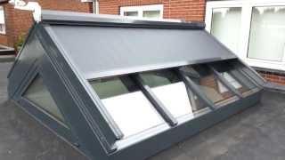 Aluminium lichtstraat met electrisch bediende ritsscreen incl. wind- en zonsensor.