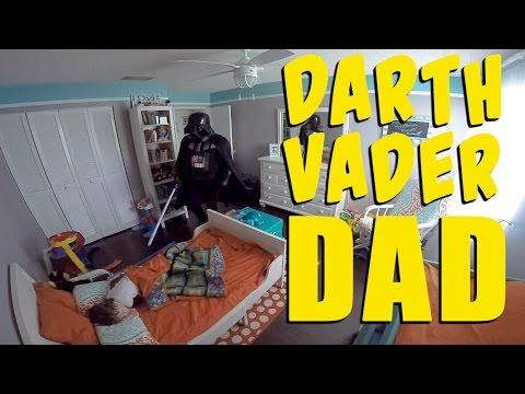 Vater weckt Sohn im Darth Vader Kostüm