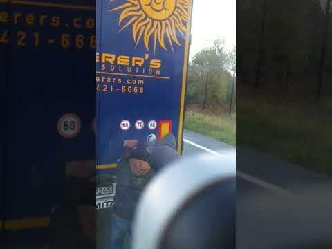 Imigranci w Calais i naczepa załadowana sokami